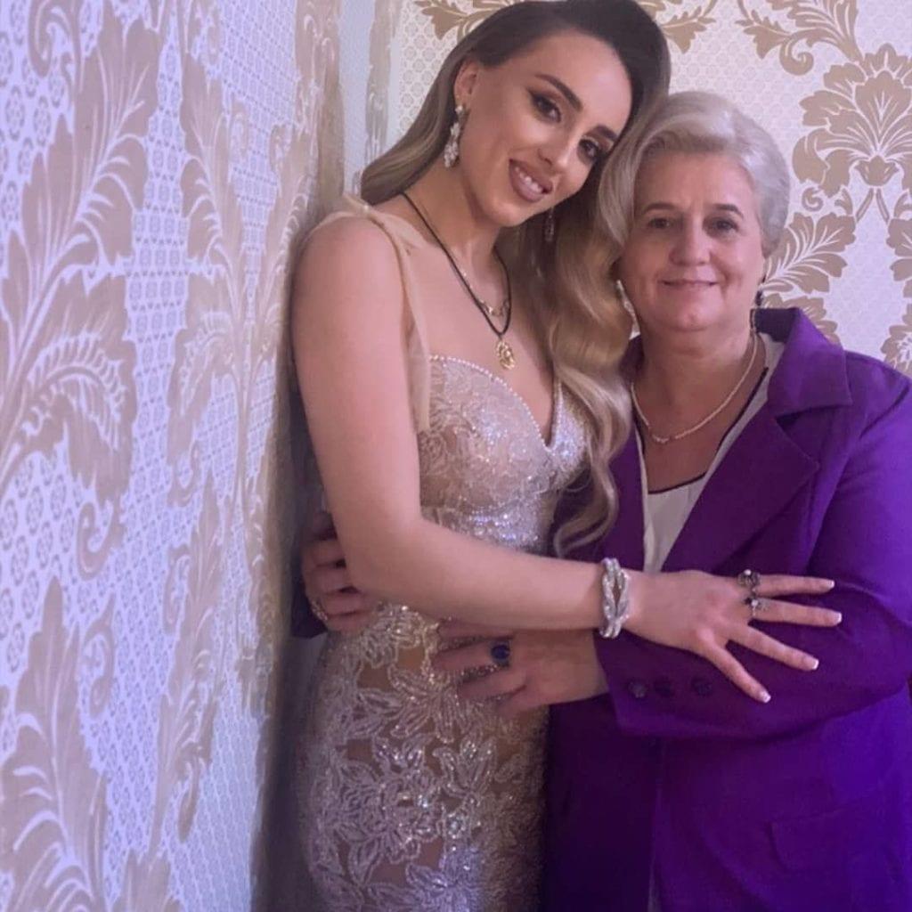 Aida Doci ndan një imazh nga fejesa së bashku me nënën