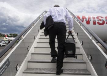 Ein Pilot laeuft die Treppe hinauf anlaesslich den Vorbereitungen fuer den Rueckflug vom Flughafen Duebendorf nach Kloten zur Wiederaufnahme des Flugbetriebes nach der Corona Pandemie, aufgenommen am Montag, 15. Juni 2020 in Duebendorf. (KEYSTONE/Ennio Leanza)
