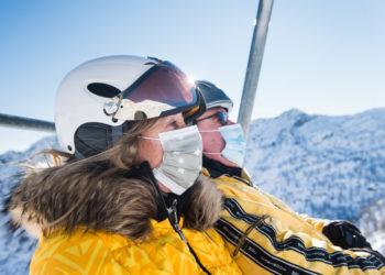 Skifahrer mit Atemschutzmaske fahren mit einem Sessellift in Bosco Gurin, am Donnerstag, 07. Januar 2021. Der Bund hat zur Eindaemmung des Virus die Schliessung der Restaurants angeordnet. (KEYSTONE/Ti-Press/Alessandro Crinari)