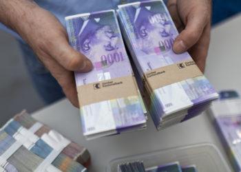 "Bundles of bank notes of 1000 Swiss Francs at the bank vault of the ""Zuercher Kantonalbank"" bank, pictured on August 9, 2011 in Zurich, Switzerland. (KEYSTONE/Martin Ruetschi)"