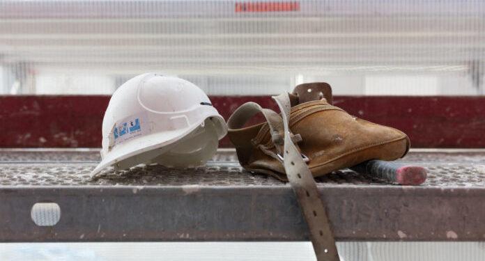 Tools and a construction worker helmet lay on a scaffolding, photographed on February 7, 2016 in Zurich, Switzerland. (KEYSTONE/Gaetan Bally)  Werkzeug und ein Bauarbeiterhelm liegen auf einem Baugeruest, fotografiert am 7. Februar 2017 in Zuerich. (KEYSTONE/Gaetan Bally)